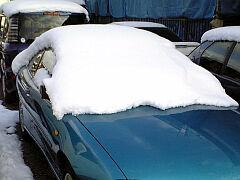 雪をかぶった車