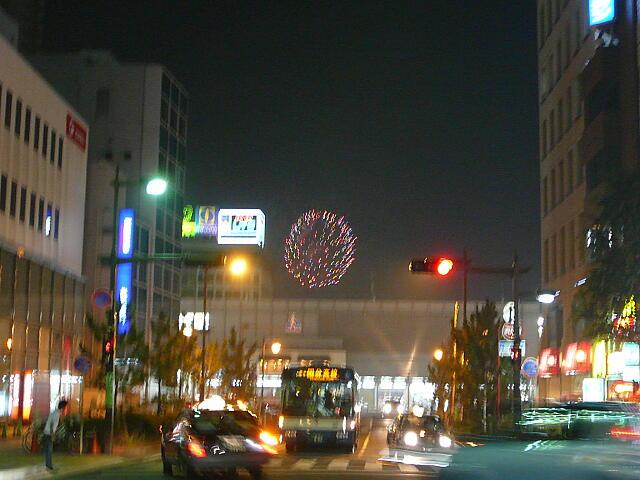 駅の背後で花火が打ちあがる