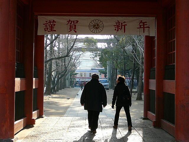 参道を横切る京成