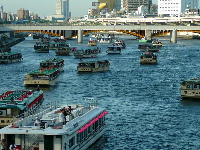 屋形船がいっぱいの隅田川