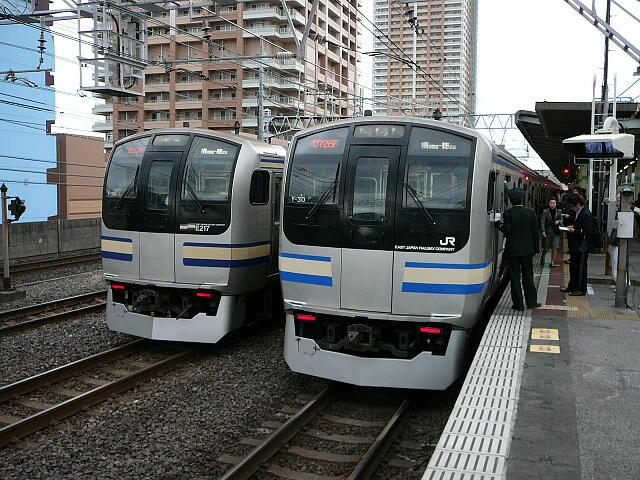 通過線に停車してしまった通勤快速列車