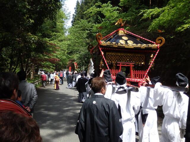 神社から仮宮への行列