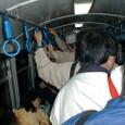 混み合う列車内