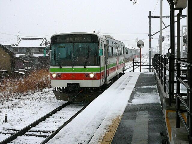 粟生駅に列車到着