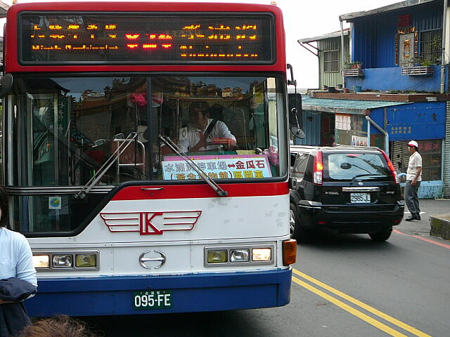 """バスで<span lang=""""zh"""">九份</span>に到着"""