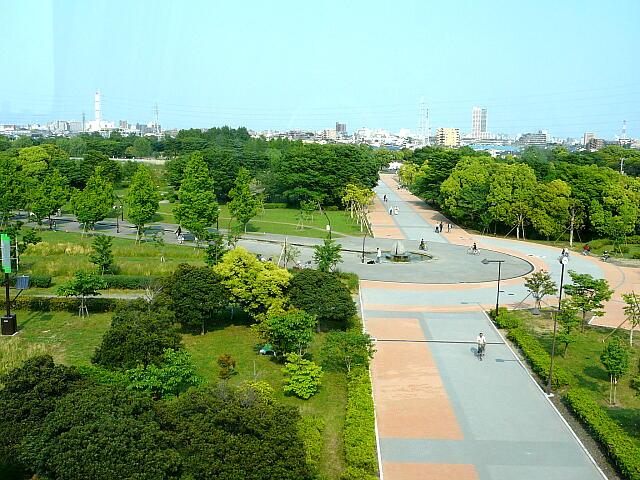 駅前に広がる舎人公園