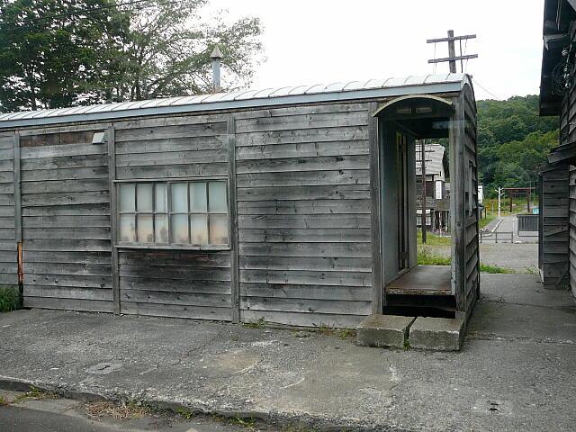 カモフラージュされた貨車駅舎