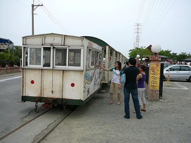 ホームに収まりきれない列車